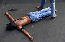 Ostorral csapkodják magukat az emberek az utcán a Fülöp-szigeteken – fotók