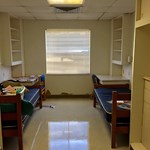 Vagány kollégiumi szobát dobott össze két egyetemista néhány ócska bútorból