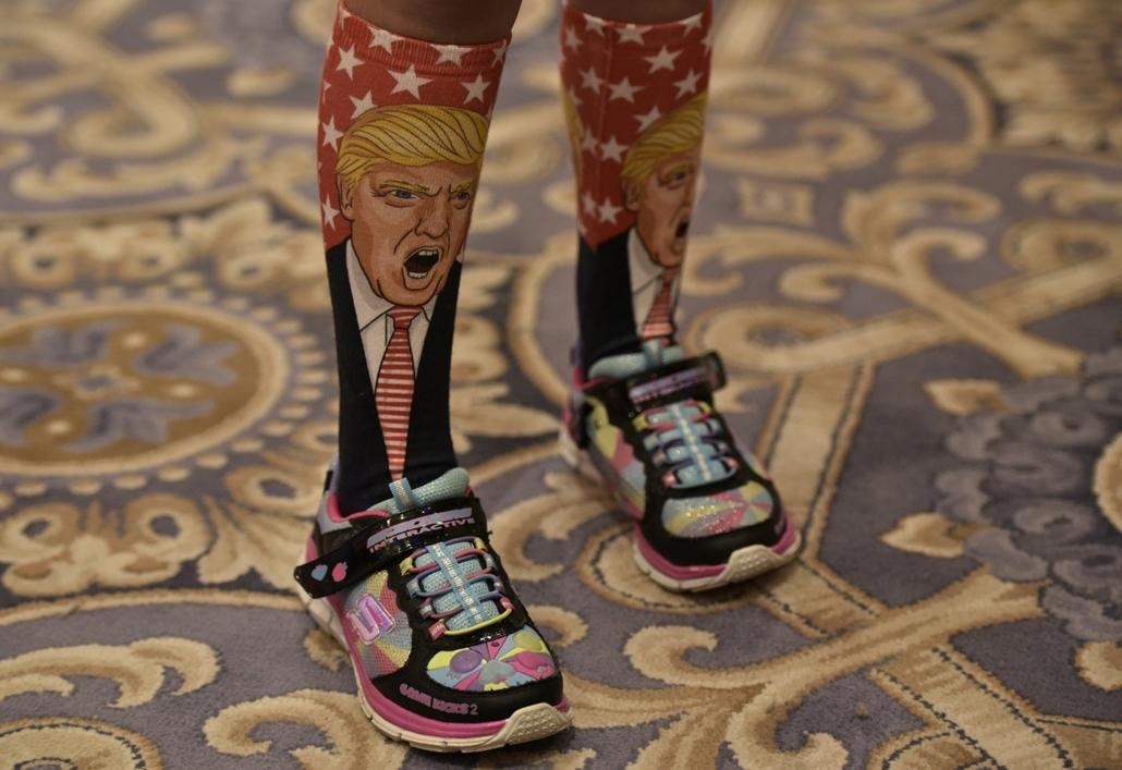 afp.16.09.16. - Washington, USA: Fiatal republikánus szimpatizáns zoknija Donald Trump sajtótájékoztatója előtt szeptember 16-án. - 7képei, Donald Trump