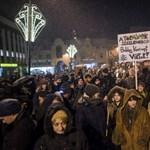 Pécsen is tüntettek, megdobálták a Mediaworks székházát is