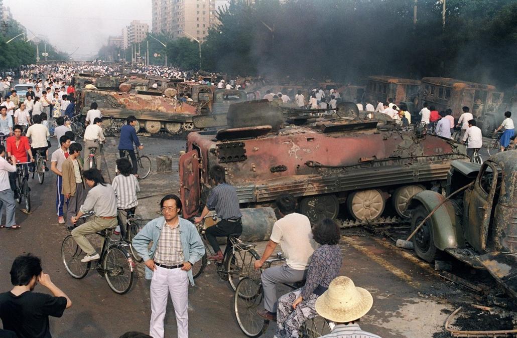 afp Tienanmen tér NAGYÍTÁS Kiégett tankok 1989. június 4-én Pekingben, A Tienanmen téri tüntetők, hogy megakadályozzák a hadseregbevonulását előző este felgyújtották a tankokat
