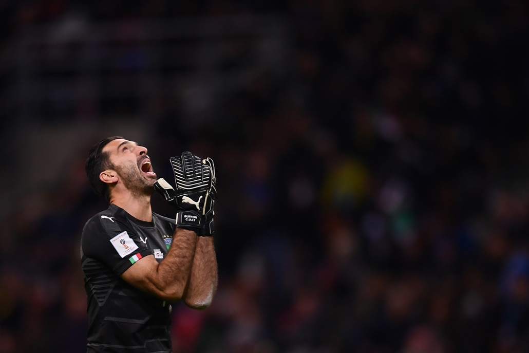 best of 2017 - Gianluigi Buffon olasz kapus a Svédország elleni vesztes mecs után Milánóban. Olaszország nem jutott ki a 2018-as labdarúgó világbajnokságra