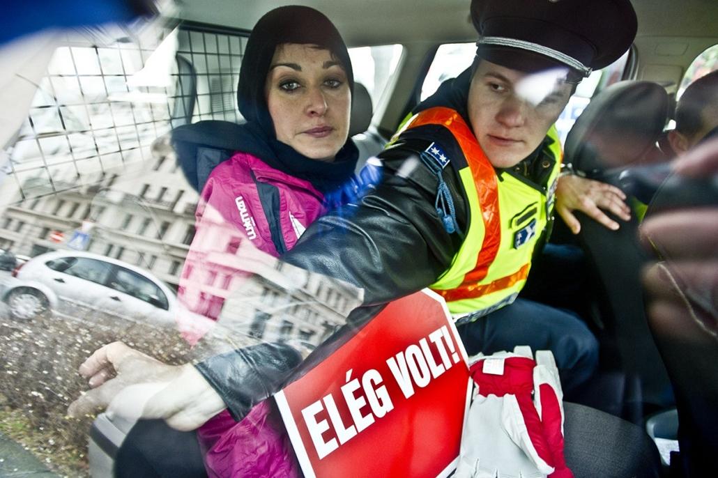 Sajtófotó 2011 - Nagyítás-fotógaléria - Hír-eseményfotó - egyedi - 1. helyezett: Elég volt!
