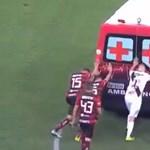 Videó: A játékosok tolták be a focipálya közepén lerobbant mentőt