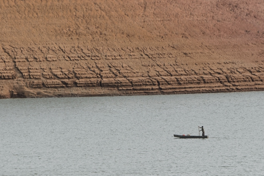 afp. hét képei - Itaiatia, Brazília, 2014.11.11. A fisher man rows a boat near the dried bank at a reservoir of the Funil Hydroelectric Plant in Itaiatia, about 160km west from Rio de Janeiro, Brazil, on November 11, 2014. The reservoir's water is present