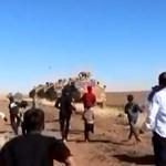 Videón, ahogy kőzáporral fogadják a török járőröző csapatokat a szírek