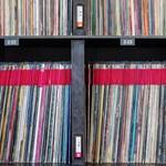 A párizsi áldozatok és Bowie előtt tisztelegnek a lemezboltok