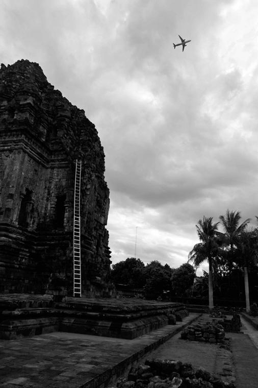 NE használd_! - Bartis Attila nagyítás - Repülőgép és létra, Yogyakarta, Jáva, 2016