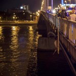 Így mentették meg a Petőfi hídról lógó embert - fotók, videó