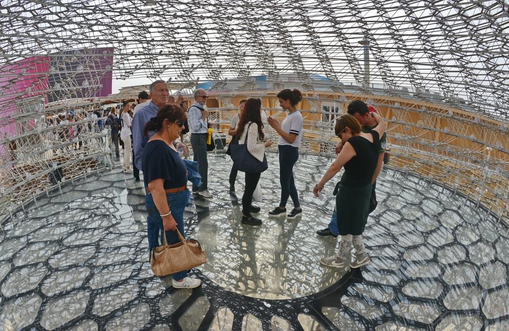 kka.15.05.0y. - Milánó, Olaszország: Világkiállítás - A brit kaptár belsejében, a látogatók mozgása vezérli a digitális hangeffektusokat.