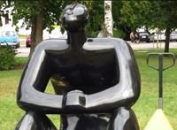 Elviszik a Ligetből az álló péniszű csillagnéző szobrát