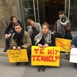 Az Emmi elé ültek a Tanítanék tüntető aktivistái