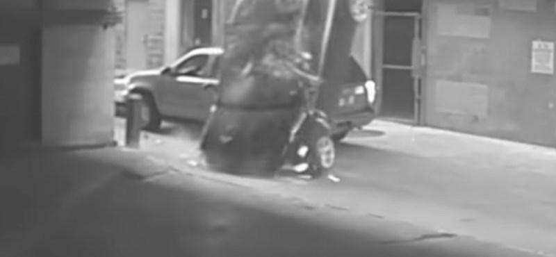 Durva baleset egy texasi parkolóházban - videó