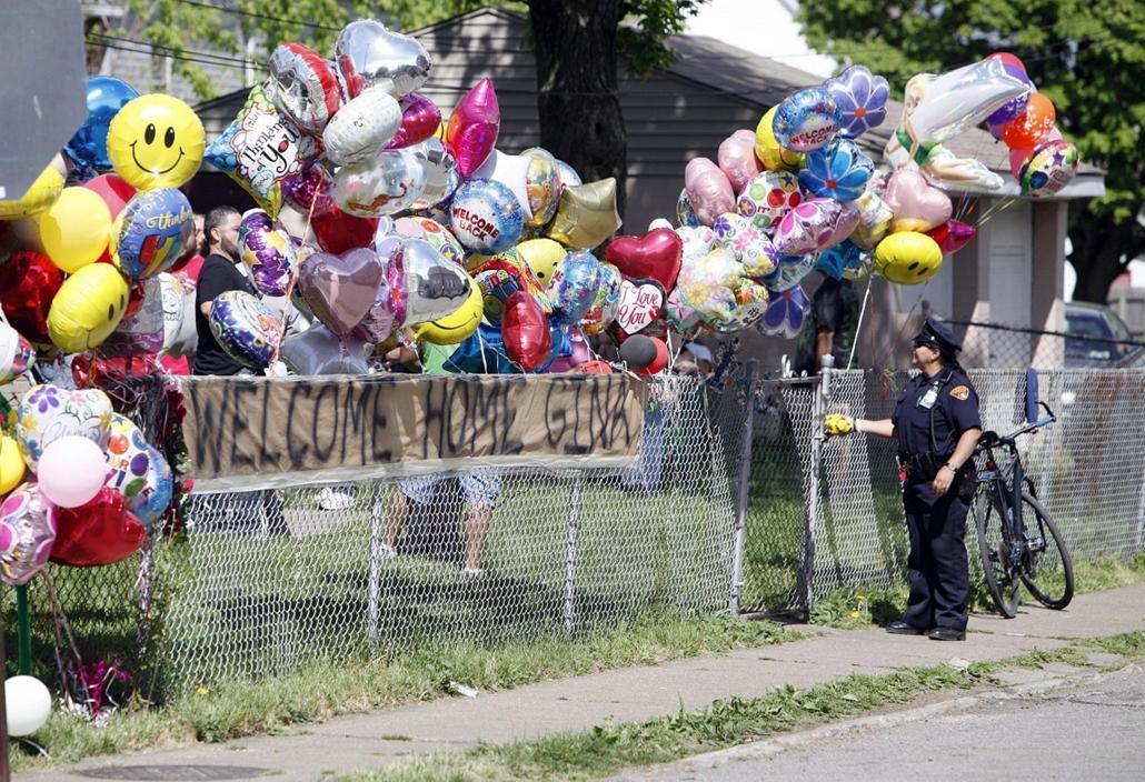 """Elrabolt lányokat találtak meg, Cleveland, 2013. május 9. Az """"Üdvözlünk itthon Gina!"""" felirat olvasható a Georgina """"Gina"""" Dejesus otthona előtti, léggömbökkel díszített kerítésen az Ohio állambeli Clevelandben 2013. május 8-án. Dejesust, és két társát, Am"""