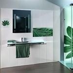 Látványos festett üvegcsempék - üde színfolt a fürdőben