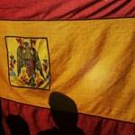 Hatalmas tömeg gyűlik Madridban, hogy tiltakozzon a katalánoknak tett engedmények miatt – videón a spanyol zászlóerdő