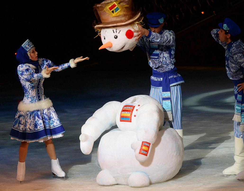 """afp. hóember 2015.08.24. színdarab, korcsolya, Performers during the ice show """"The Bird of Happiness"""" staged by the Slavs, the Russian Seasons and the Theater of Ice Miniatures companies at the Russian Song Moscow State Musical Folklore Theater headed by"""