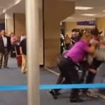 Videó: Utasok nyomták le a homofób őrjöngőt a repülőtéren