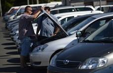 Kiakadtak a kereskedők, mert két hónap forgalomba helyeztetni egy behozott autót