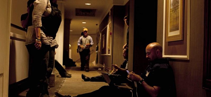 Nehézfegyverek hangja hallatszik az újságírókat fogva tartó hotel felől Tripoliban