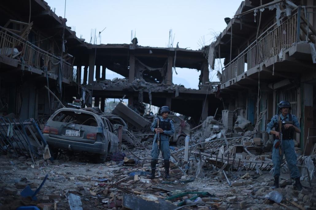 afp.15.08.07. - Afganisztán, Összeomlott épületek Kabulban, ahol robbanószerrel megrakott teherautót robbantott fel egy öngyilkos merénylő 2015. augusztus 7-én hajnalban. A detonációban legkevesebb nyolcan meghaltak és 85-en megsebesültek