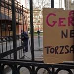 Tüntetők várták a SOTE-n, elveszik-e a doktori címet Schmitt-től