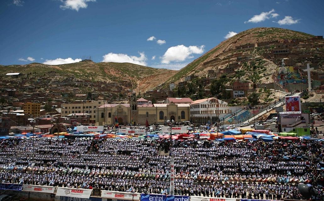 a zene világnapja nagyítás - Oruro, Bolívia - több száz zenész játéka egy farsangi ünnepségen