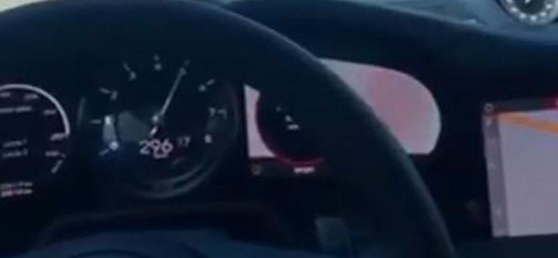 300-as tempónál kapott defektet a Porsche az autópályán – videó