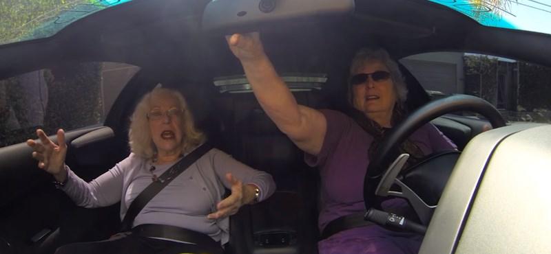 Ilyen, ha két nagymama elköt egy 650 lóerős Lamborghinit – videó