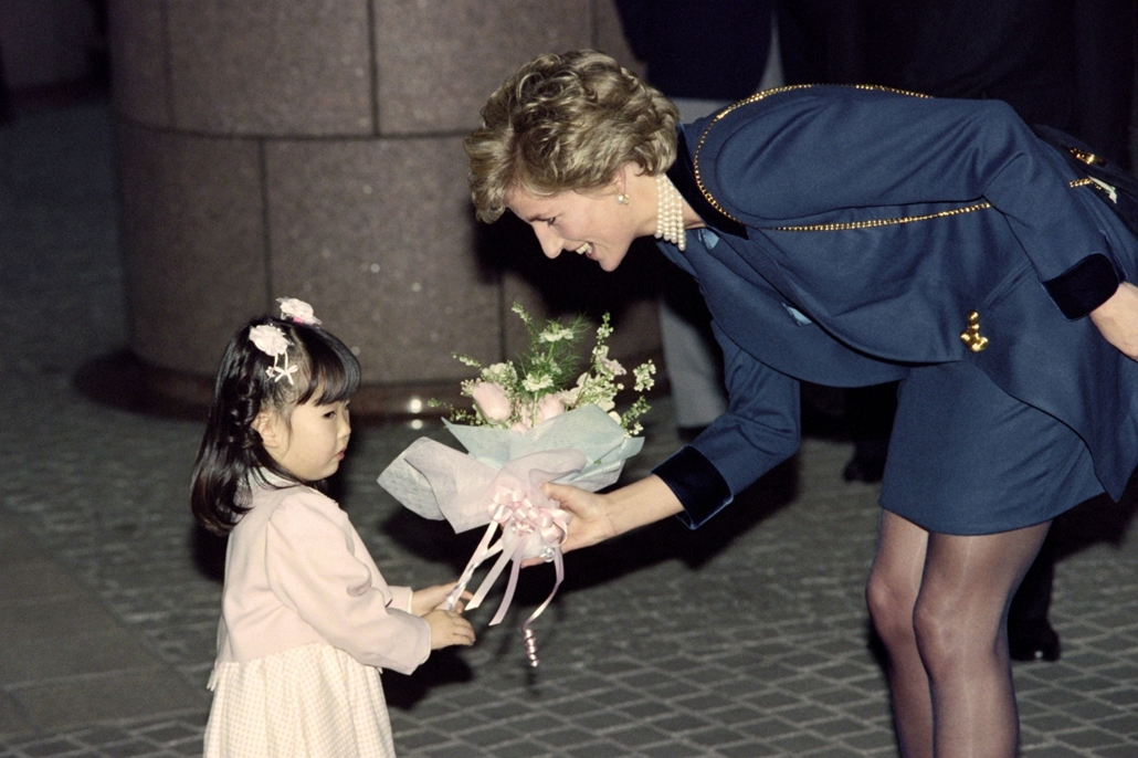 afp.95.02.08. - Tokió, Japán: Diana hercegnő a japán vöröskereszt központjának látogatásán 1995 februárjában.