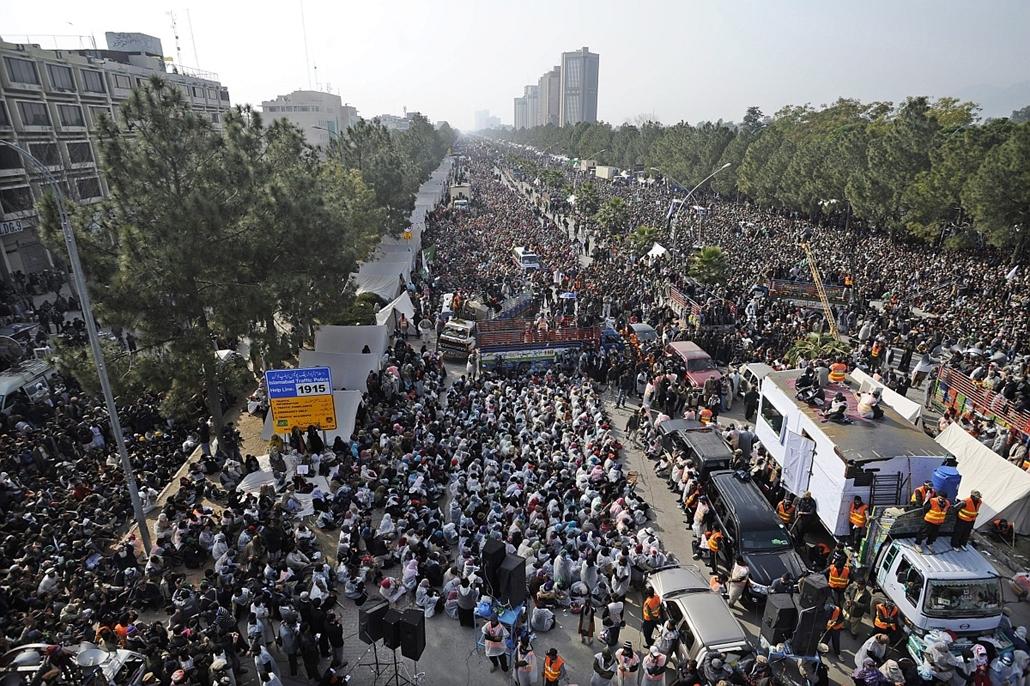 Tüntetők Muhammad Tahir ul-Kadri vallási vezető beszéde alatt Iszlámábádban. Napok óta több ízezer ember követeli a kormány távozását. A rendőrség kedden könnygázt vetett be, hogy megfékezze a parlament felé elindult tömeget.