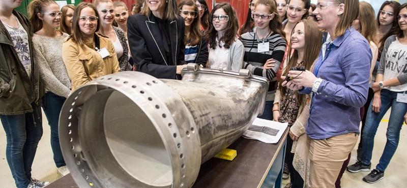Colleen Bell tanácsokkal látta el a magyar középiskolás lányokat