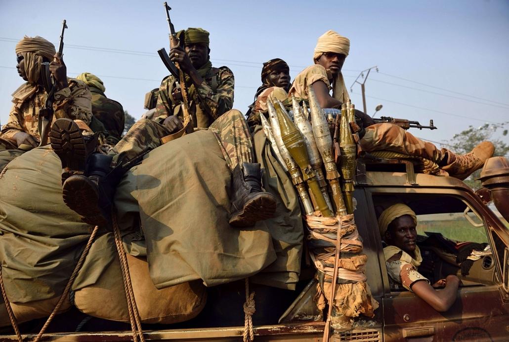 afp. Bangui, Közép-Afrikai köztársaság - katonák, fegyver,