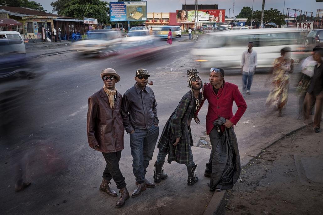 NE használd_! - Photographer of the Year 2014 - ''Egy pillanat'' kategória - ''Les Sapeurs'', Kinshasa, Kongói Demokratikus Köztársaság - tpoty