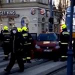 A 47-es villamos alá szorult egy piros autó a Fővám téren reggel - videóval