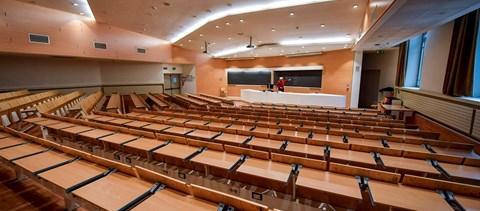Nap képe: üres teremben, neten keresztül vizsgáznak a diákok a Milánói Műszaki Egyetemen