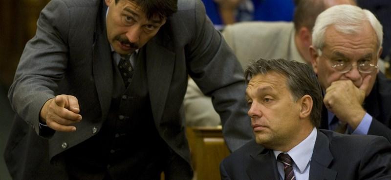 """4K!: Áderrel a Fidesz """"kemény magja"""" szállja meg a Sándor-palotát"""