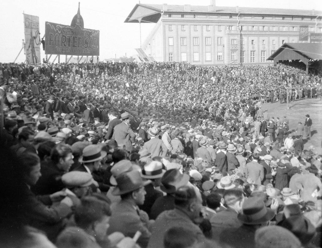 futball szurkolók Nagyítás 01.Szúrkolók az MTK pályán a 1920-as évek végén. Fortepan_3913.jpg