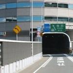 Elképesztő megoldás: autópálya szeli át az irodaház 5. emeletét