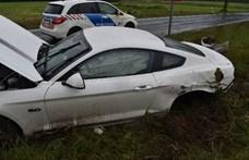 Tétnél lett a nedves út egyik áldozata egy Ford Mustang