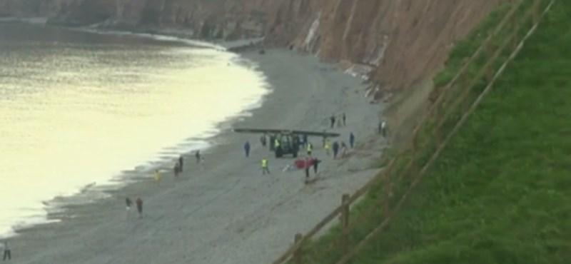 Bravúros kényszerleszállás: egy strandon tette le a régi kisgépet