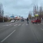 Így kell megszégyeníteni a profi autóversenyzőket egy utcai Ladával – videó