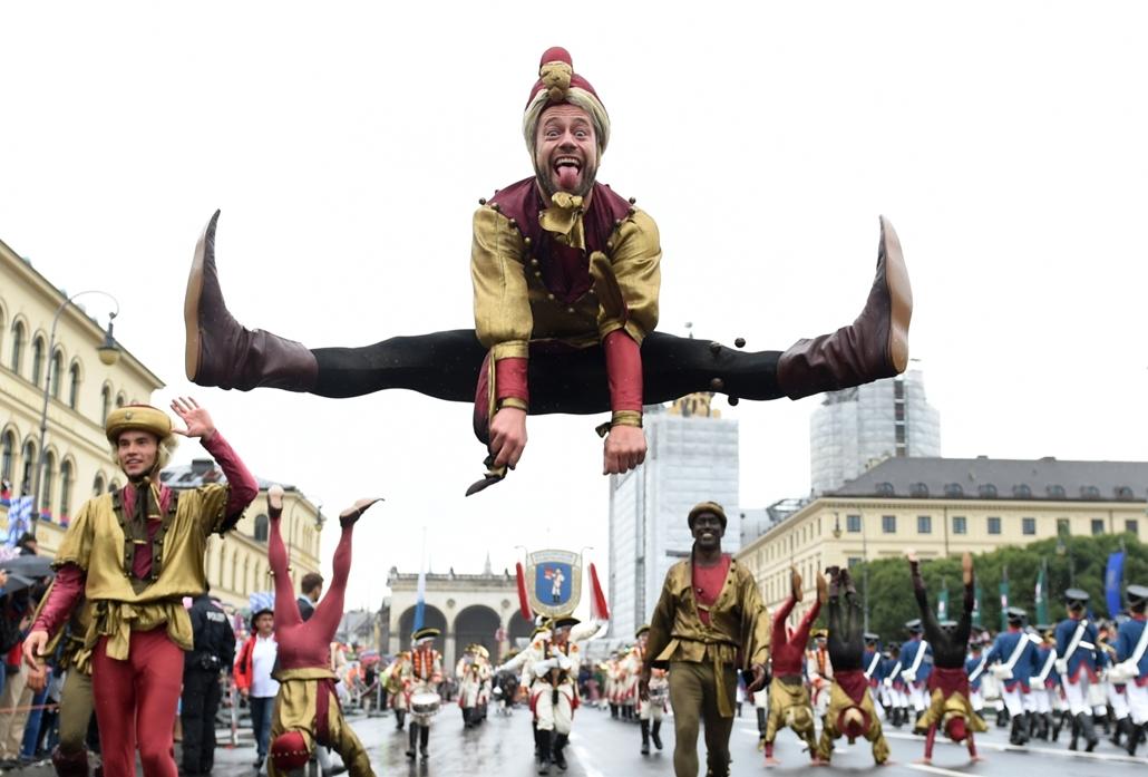 afp.16.09.18. - Magasba ugrik a kosztümös felvonulás egyik résztvevője a bajorországi Münchenben az őszi müncheni sörfesztivál, az Oktoberfest második napján. Az Oktoberfest a világ legnagyobb sörünnepe, amely idén október 3-ig várja a látogatókat.