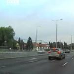 A videón látható teherkocsi előbb balesetet okozott, aztán tovább hajtott