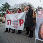 Fotó: Beragasztott szájjal tiltakoztak az MSZP–Párbeszéd képviselői a nők elleni erőszak ellen