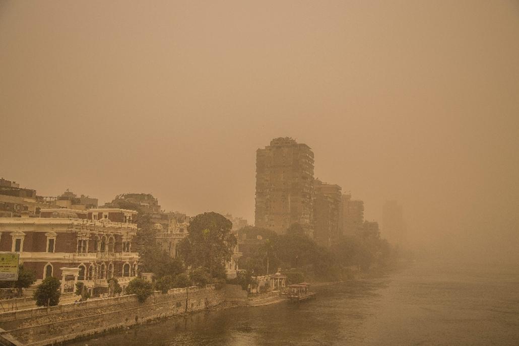 mti.15.02.11. - Kairó, Egyiptom: Homokvihar Kairóban. Az egyiptomi fővárosban második napja tartó vihar miatt egyes légi járatokat az ország más reptereire irányították. - 7képei