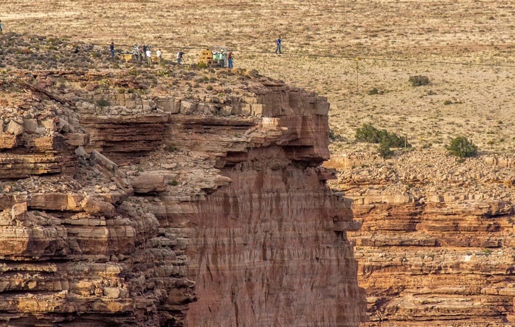 Nik Wallenda amerikai kötéltáncos egy öt centiméter vastag drótkötélen biztosítókötél nélkül átkel a Grand Canyonon a Little Colorado folyó fölött, Arizona szövetségi állam északkeleti részén 2013. június 23-án. Wallenda mutatványa sikerült, alig több min