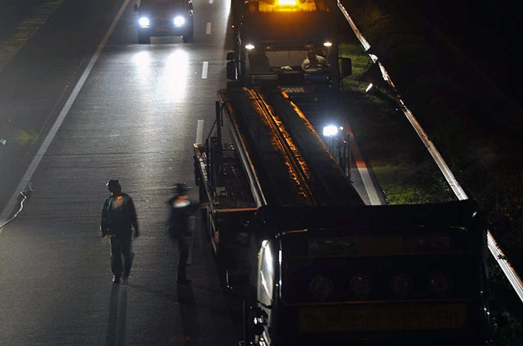 Kamionok betongerendákkal érkeznek az M3-M31-es autópálya gödöllői csomópontjában épülő új, 83 méter hosszú híd munkálataihoz.