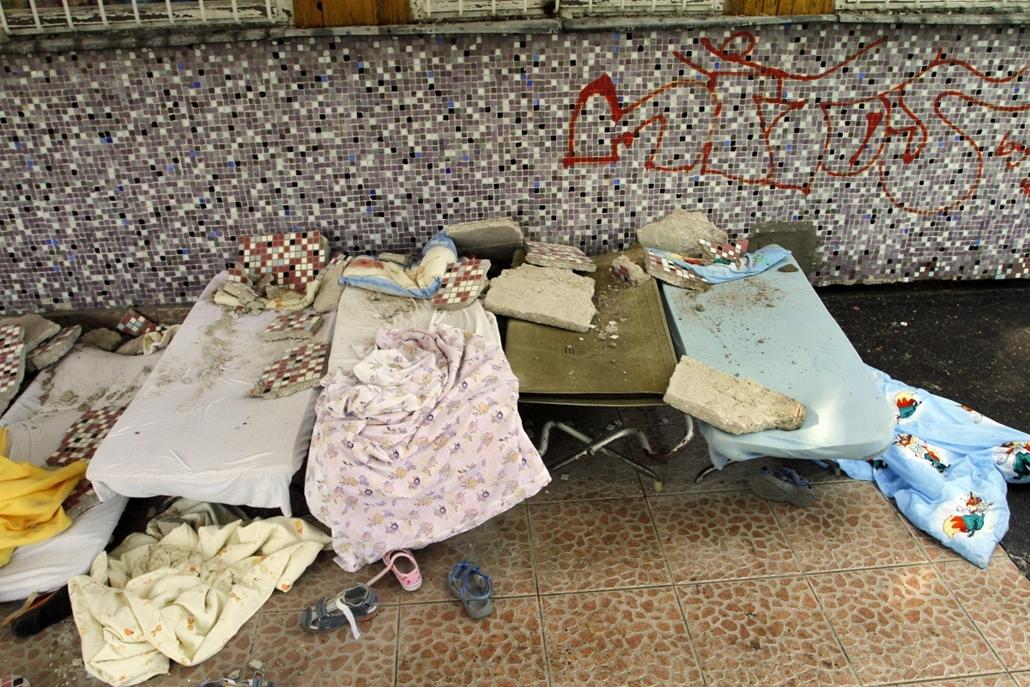 Leszakadt vakolat, bölcsőde, Kisgyerekekre hullott a vakolat egy miskolci bölcsődében, Miskolc, Az épület mennyezetéről leszakadt vakolat darabjai láthatók a fal mellé helyezett ágyakon a miskolci Bokréta utcai bölcsődében 2013. május 7-én. A balesetben h