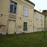 Pusztul az Erdődy-kastély Vépen